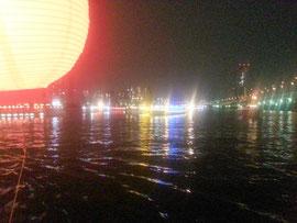 川面に光る屋形船のネオン