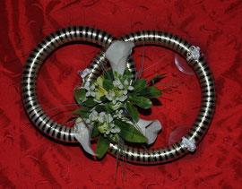 Weiß-goldene Ehe-Ringe mit weißen Calla.