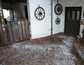 Der Weg zwischen Werkstatt (Tür rechts) und Stall spricht Bände! Leider habe ich versäumt, meine ständig mit Gips verschmierten Pferde zu fotografieren...