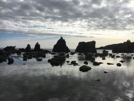 雲が海面に映り幻想的な橋杭岩