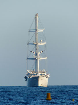 Yacht bei Tageslicht auf See