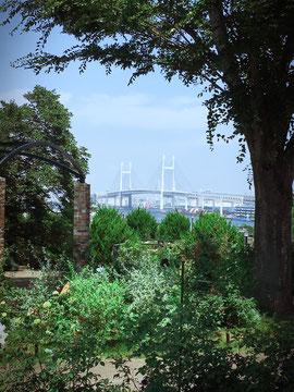 横浜山手・港の見える丘公園より、ベイブリッジを臨む
