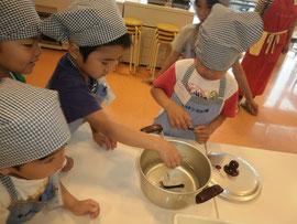 味噌汁の出汁、昆布とじゃこをいれるところから調理開始です。