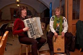 Mit Volksmusik ein klein wenig anders gespielt, bereicherten Ingrid Gerbl (Akkordeon) und Susi Kronstein (Klarinette und Rhythmus) die Informationsveranstaltung auf ihre Weise.