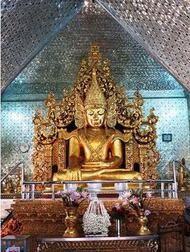 Buddha-Statue im inneren der Sandamuni-Pagode