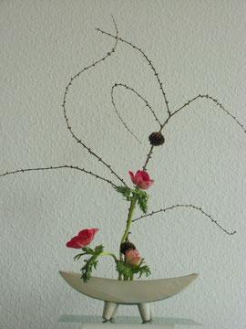 Ikebana ist eine vergängliche Kunst, für den Augenblick gearbeitet. Man kann es als Weg zur Meditation nutzen oder zur eigen künstlerischen Gestaltung vervollkommnen.