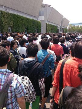 上海アリス弦楽団に並ぶ人の列。