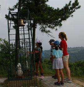 鳥取砂丘で幸せの鐘を鳴らす子供たち