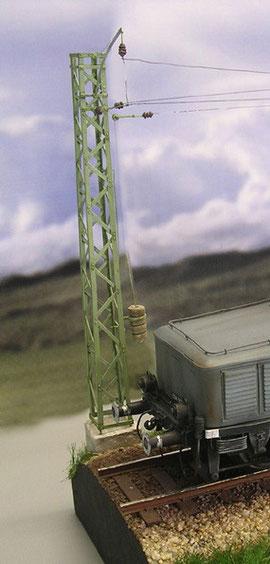 Realistische Strommastendarstellung mit Gegengewichten