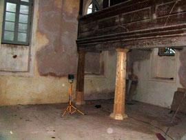 Vier Säulen gesamt, davon 1 neu und 1 gerettet