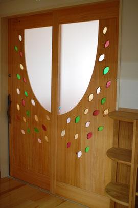 木製玄関ドア 店舗 施工例 オリジナル 個性的 幼稚園 引き戸