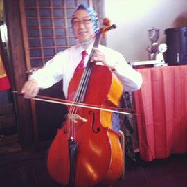 おまけ2:すてきなチェロの生演奏もありましたよ~音楽があると市も盛り上がりますね♪