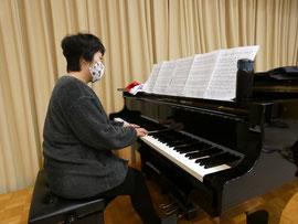 ピアノを担当する鈴木さん