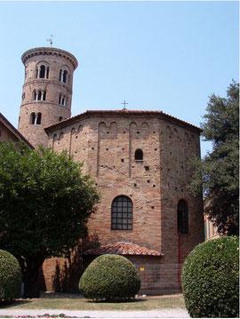 Babtisterio ortodoxo en Rávena, 400-450,planta octogonal,Honorio traslada su corte imperial de Milán a Rávena, realizada en ladrillo
