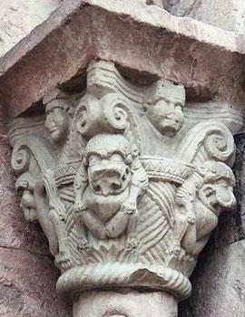 Simios y leones en la portada de la Iglesia de Villefranche