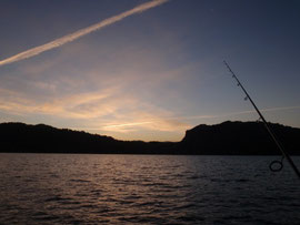 夕暮れの湖面