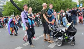 CSD Berlin - Männer/Väter mit Kinderwagen und kleinen Kindern gehen bei der Parade mit. Foto: Helga Karl