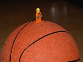 Auf dem großen Ball steht das Männchen