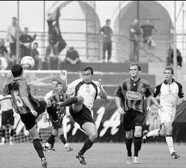 Bocchi contende palla a De Nardin