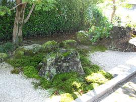 サロンエントランスの石庭