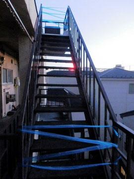 とりあえず屋上に入れないように2か所閉鎖。