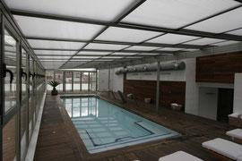 Cubierta de piscina mediante techo móvil