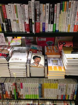 アイラインより少し低めの高さに平台のある、三省堂書店独特の棚。本を手にとりやすい。