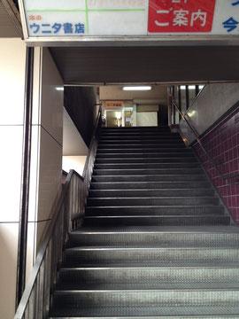 ウニタ書店へ続く階段。