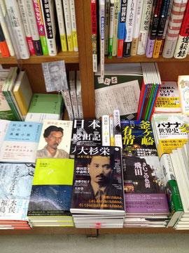 読者と気持のよい間合いをもった幸福な書店。レジにならんだ女性客からは、「こんな本屋さんが、わたしの地元にも欲しいわ」という声が聞こえる。