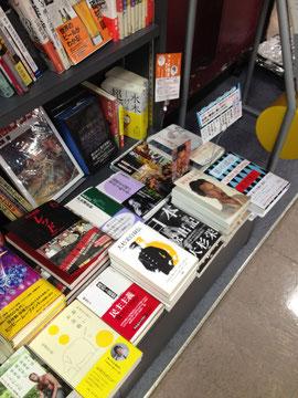 大杉栄3面陳の図。隣りにみえる、秦早穂子著『影の部分』に心引かれる。「多感な少女が、単身パリへ渡り、 27歳にして、ゴダールの傑作『勝手にしやがれ』日本公開にこぎつけるまで」のこと。