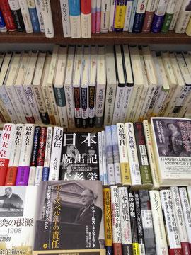 ちくさ正文館の棚。なぜか頭が整理される気がする。そのすごさの一端は、石橋毅史著『「本屋」は死なない』に詳しい。