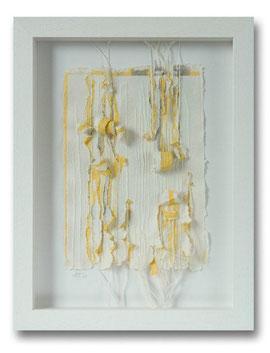 Handgeschöpfte Papiercollage, farbig pigmentierter Baumwoll-Linters gerissen, eingelegte Fäden, 30 x 40 cm