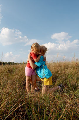 CHILDREN ON A MEADOW © Hallgerd | Dreamstime.com