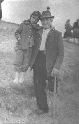 Ion Vladica cu nepotica lui.