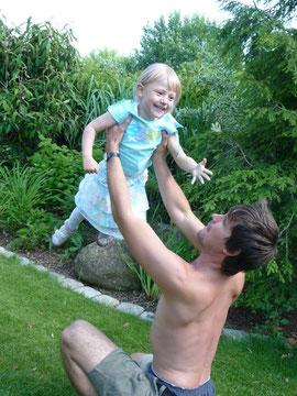 Schaut her was mein Papa alles kann! Er bringt mich sogar zum Fliegen!