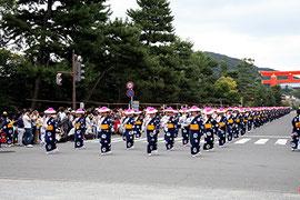 平安神宮前の民踊列
