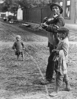 violoniste errant Hongrie by KERTESZ