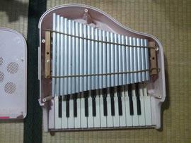 ピアノ、開けてみました。真ん中に並んでいるアルミパイプを叩いて音を出します。スポンジだけで固定されているため、動いてしまっていました。でも、強く固定されると音が出ません。微妙です^^;
