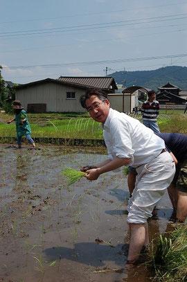 自ら田んぼへも入られる平岡副校長先生