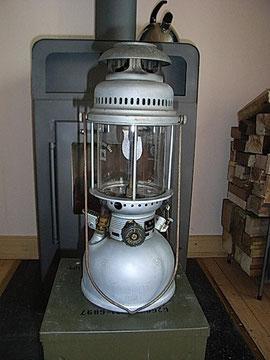 Diese Lampe war anfang der Neunziger meine erste Starklichtlampe, sie war neu aus BW Beständen, ein zuverlässiger Dauerbrenner, ja die darf so aussehen!