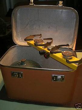 Schöner Campingkocher  im stilvollem Koffer, interessanterweise ist die Flasche für Propan und Butan zugelassen, kannte ich in dem Format nur für Butan.