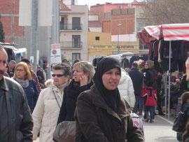 Touristen und Einheimische auf dem sonntäglichen Markt in Roses
