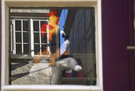 Bremer Stadtmusikanten spiegeln sich im Fenster