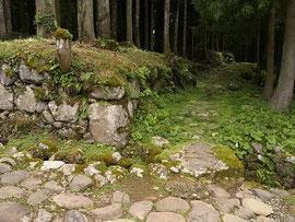 古い石垣・石畳がきれいに残っている道