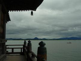 浮御堂から見た東岸。                          近江富士(三上山)が美しく眺められます。