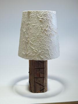 Tischlampe handgeschöpfter Papierschirm aus Mischfasern mit Antikholzfuß