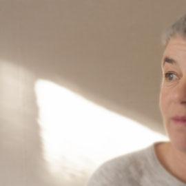 Andrea Theimer, Portrait nachdenklich, Blick in die Ferne