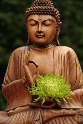 Biddha, Holzskluptur mit grüner Blume. Ohne digitale Nachbearbeitung
