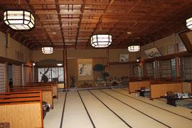150畳の大広間の床の間(反対は右の舞台)