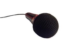 Mikrophon schwarz auf weißem Hintergrund